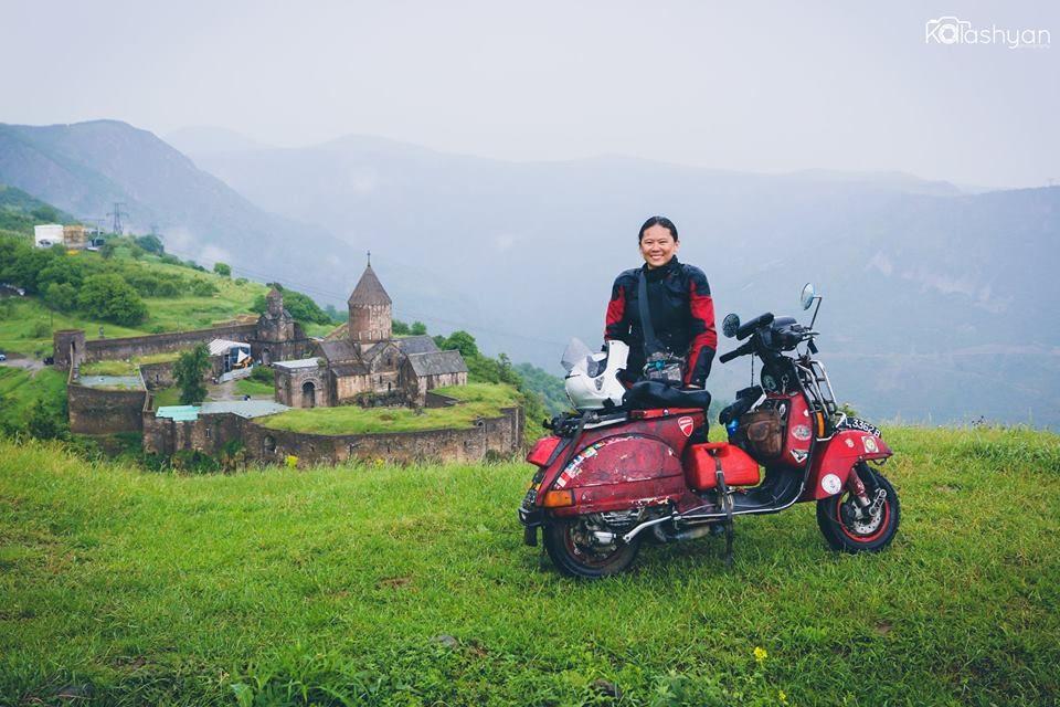 27 mesi in sella alla Vespa: l'avventura di Juvena Huang
